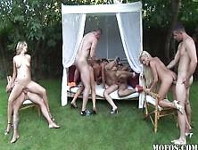 Una Bella Scena Di Sesso Di Gruppo All'aperto