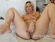 Milf Alana Luv Masturbating