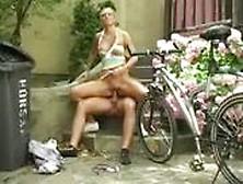 Vor ihrem ersten arschfick dehnt er ihre arschfotze mit einem dildo