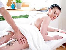 Massaggio Sensuale Con Olio Con Max Dior E La Bellissima Roxy Bl