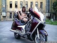 Une Petite Coquine Se Touche Délicatement Sur Une Moto !