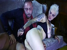 Mila Milan,  Una Bionda Tatuata Con I Capelli Corti,  Lo Fa Sul Di