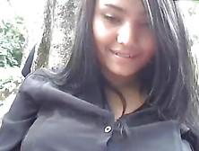 Chica Colombiana En Parque Publico