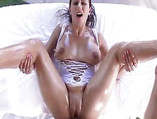 La Morena Ivy Rose Haciendo Una Paja Cubana Con Sus Gordas Tetas