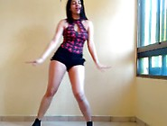Sexy Girl From Venezuela Dances To... Shake It Off!