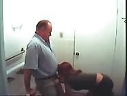 Patron Et Secrétaire Baisent Dans La Salle De Bains
