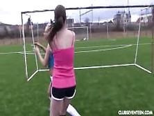 Unas Adolescentes Juegan Fútbol Desnudas