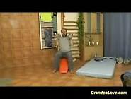 Vovô Tarado Invadindo Banheiro Pra Foder Sua Netinha