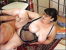 Fette Deutsche Hausfrau wird von ihrem Sklaven geleckt