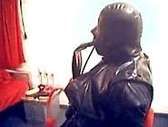 Latextrainer Kurt - Gummianzug.  Atemkontolle,  Elektrostim.