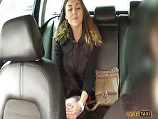 Junges Mädchen Geld angeboten einen Blowjob Taxifahrer und sie willigte