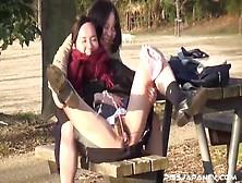 Dos Colegialas Japonesas Desnudándose Y Meando En El Parque