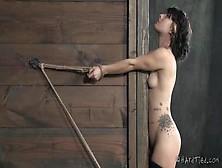 Hardtied: La Esclava Yulia Catava Recibiendo Unos Azotes En El C