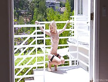 Alex Greys Posa All'aperto Indossando Lingerie Sexy