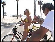 Loro Due Addocchiano Una Ciclista Sulla Spiaggia E Se La Portano