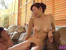 Die kurvige japanische Frau Emiko Koike hat schmutzigen Sex mit ihrem Mann