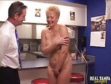 Отсос от женщины на кухне