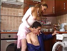красивая хозяйка соблазнила сантехника видео порно мужчин этом